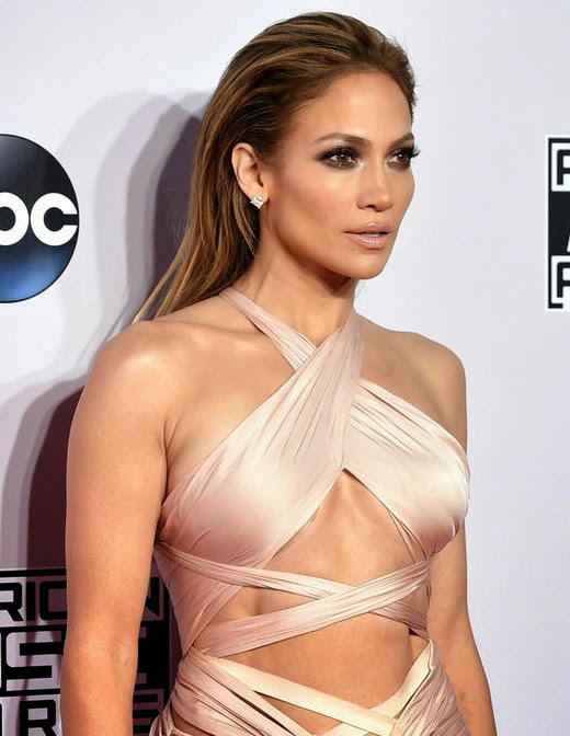 Jennifer-Lopez-at-the-2014-AMA-red-carpet-with-slicked-back-hair-and-bronze-dewy-glow-makeup